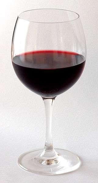 Le vin rouge contient du resvératrol, on suppose que c'est cette molécule qui est associée aux quelques bénéfices observés chez les gens qui boivent régulièrement de faibles doses de cet alcool. Mais tous les avantages du polyphénol ne passeraient pas forcément par le gène Sirt1, puisqu'il a été remarqué que les effets positifs constatés au niveau hépatique et sur le contrôle de la glycémie. © André Karwath, Wikipédia, cc by sa 3.0