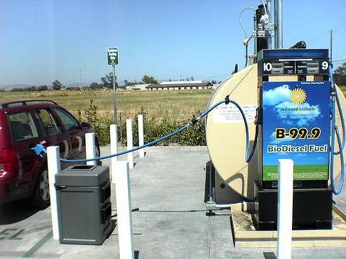 Une pompe à biodiesel fournissant du gasoil contenant 99,9 % de biocarburant (B99.9). Cette teneur nécessite des modifications sur les moteurs Diesel. © ellyjonez, cc by 2.0