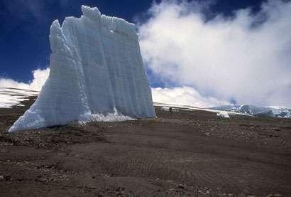 Les fragments isolés de glacier, comme celui-ci, se multiplient au sommet du Kilimandjaro. © Lonnie Thompson / Ohio State University