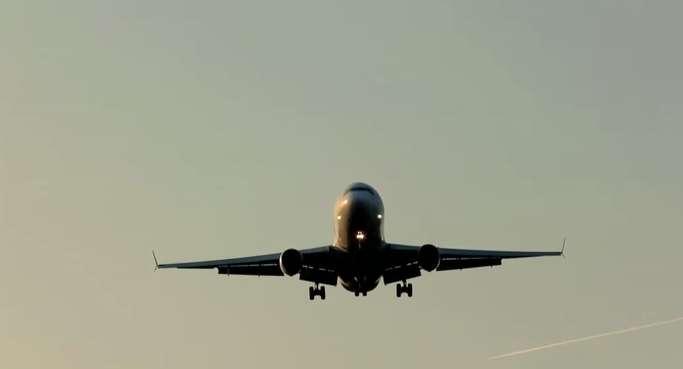 Surfer sur le Web en haut débit dans un avion : ce service sera proposé d'ici deux ans. Mais à quel prix ? © Capture d'écran de la vidéo promotionnelle d'Immarsat
