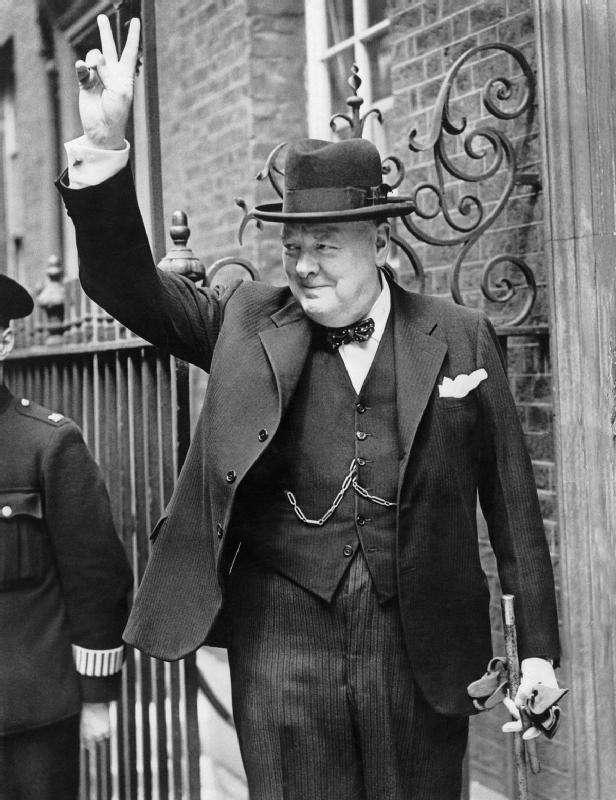 Winston Churchill faisant le V de la victoire en 1943. L'homme politique britannique était aussi un grand homme de lettres. © Gouvernement britannique, Wikimedia Commons, DP