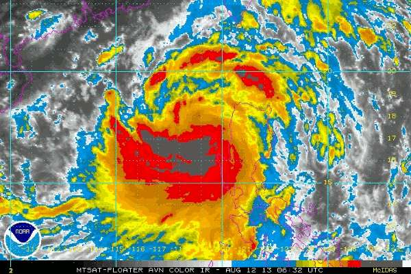 Le typhon Utor est né sous forme de dépression tropicale jeudi 8 août 2013. Il s'est rapidement intensifié et s'était transformé en un supertyphon lorsqu'il a frappé cette nuit le nord des Philippines. Sur ce cliché infrarouge du satellite MTSAT, les aires colorisées en rouge caractérisent les zones de précipitations maximales. © NOAA