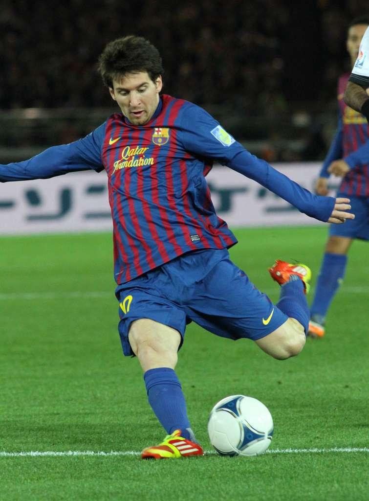 Lionel Messi, triple Ballon d'or, affole les défenses du monde entier avec son club du FC Barcelone et la sélection argentine. Avec une conduite de balle exceptionnelle, il peut dribbler dans des espaces très réduits. Il bat les records un à un. Le dernier en date qui vient de tomber : 14 buts marqués en Ligue des champions cette saison (contre 12 auparavant), alors qu'il reste au minimum deux rencontres à jouer. Il doit donc faire preuve de facultés cognitives très nettement supérieures à la moyenne. Son petit défaut, peut-être, à la différence de son grand rival du Real Madrid Cristiano Ronaldo : un manque de créativité technique. © Cristopher Johnson, Globalite, Flickr, cc by sa 2.0