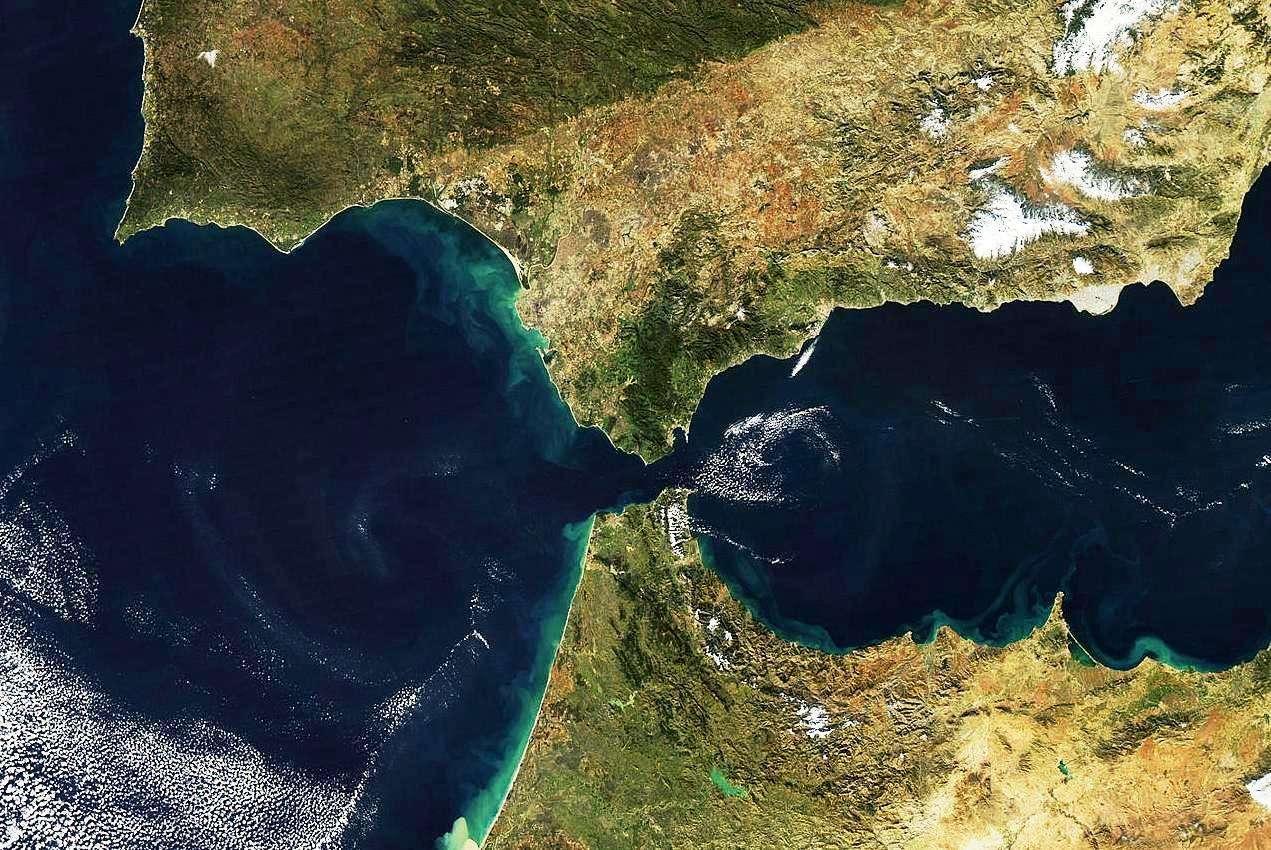Le détroit de Gibraltar est la voie navigable entre le sud de la péninsule ibérique et la pointe ouest de l'Afrique du Nord. Au passage le plus étroit, l'Europe et l'Afrique sont séparées par un peu plus de 14 km. Le détroit de Gibraltar sépare l'océan atlantique (à l'ouest) et la mer Méditerranée (à l'est). Il est stratégiquement très important, car c'est le point d'entrée de l'Atlantique dans la Méditerranée emprunté par des centaines de navires, qu'ils soient civils ou militaires. Le Portugal (en haut à gauche), l'Espagne (en haut à droite), le Maroc (en bas au centre), et l'Algérie (en bas à droite) sont bien visibles sur cette image du détroit et de la région qui a été capturée le 19 Décembre 2008 par le satellite Aqua. © Jeff Schmaltz, Modis Land Rapid Response Team, Nasa GSFC