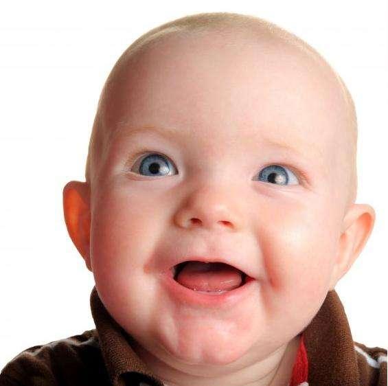 Les bébés nous comprennent bien plus tôt qu'on ne le pensait puisque dès 6 mois, ils saisissent le sens de mots courants. Ils commencent à s'exprimer seulement vers 11 mois avec des mots simples et construisent des phrases vers 2 ans. © miflotador.com, cc by sa 3.0