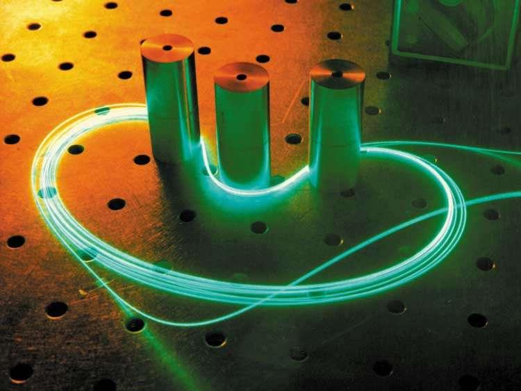 Un faisceau laser circule ici dans une fibre optique enroulée. Dans un futur proche, de tels faisceaux, parcourus de solitons optiques, serviront peut-être à stocker des bits d'information dans des fibres en boucle. La lumière ne sera pas seulement une messagère : elle sera aussi une mémoire. © Laser Zentrum Hannover