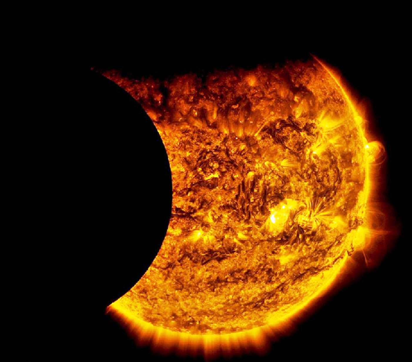 Le satellite SDO a pu observer une double éclipse du Soleil le dimanche 13 septembre 2015 : d'abord le transit de la Terre devant notre étoile, puis celui de la Lune. © Nasa, SDO