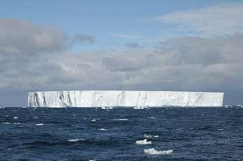 Désertique en apparence, W-86, l'un des deux icebergs étudiés par Ken Smith et ses collègues, fertilise et envoie par le fond des tonnes de carbone. Crédit : Kim Reisenbichler