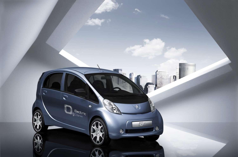 Réalisée grâce au partenariat avec Mitsubishi, la Peugeot Ion (iOn selon la calligraphie du logo) a été annoncée en 2009 et est identique à la Citroën C-Zéro. © Automobiles Peugeot/Bernier Anthony