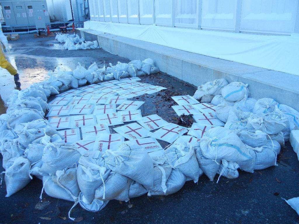 Des sacs de sable ont été déposés pour stopper la fuite d'eau radioactive de la centrale de Fukushima. © TepCo