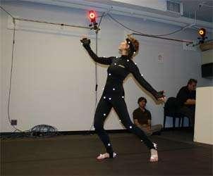 Peggy Hackney, spécialiste de l'étude du mouvement au NYU Movement Group, équipée d'un appareillage classique de détection des mouvements, imposant un studio. © NYU Movement Group
