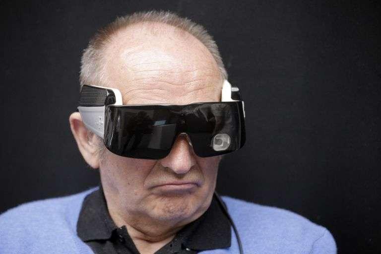 Moins de dix personnes portent un implant rétinien en France. La technologie permet de voir quelques dizaines de pixels en noir et blanc ou gris. Elle devrait encore se développer dans le futur. © Matthieu Alexandre, AFP