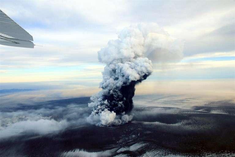 Un nuage de cendres et de vapeur d'eau s'élève au-dessus du cratère du volcan Grimsvotn, en Islande, le 24 mai 2011. ©AFP Photo / Bjorn Oddsson