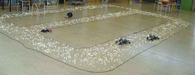 Quatre (faux) chasse-neige coopèrent pour nettoyer la piste. © M. Saska, M. Hess, K. Schilling