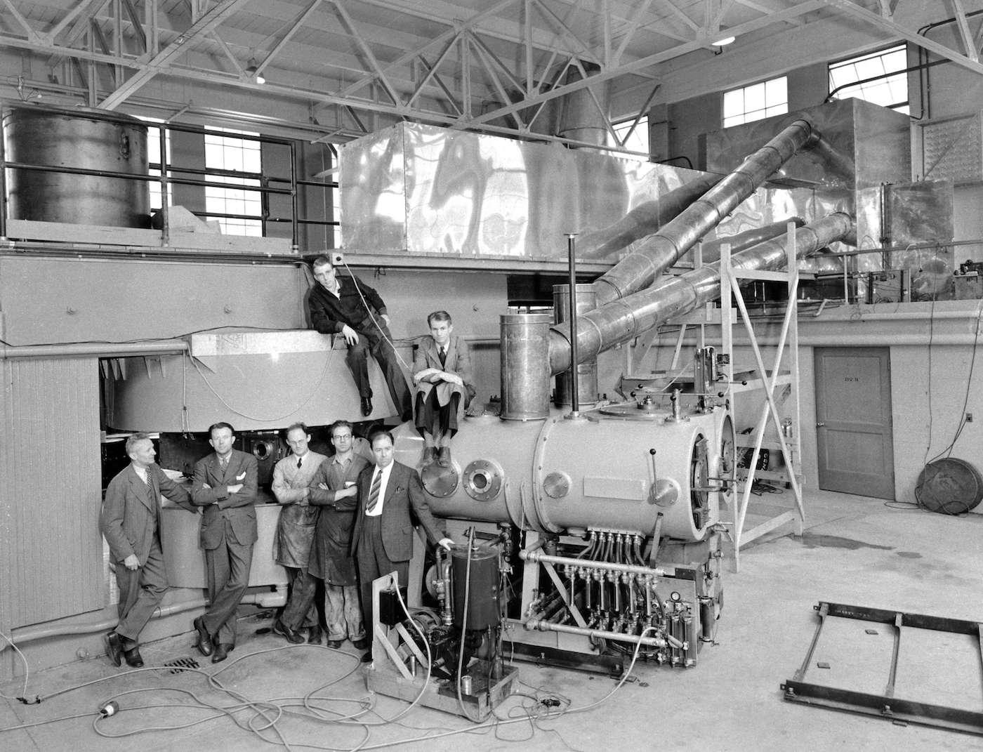 Le lawrencium a été baptisé en l'honneur du physicien américain Ernest Orlando Lawrence, père du cyclotron, un instrument qui a permis de découvrir bon nombre d'éléments chimiques transuraniens. Sur la photo, le 60-Inch Cyclotron de l'université de Californie, à Berkeley. © Lawrence Berkeley National Lab, Flickr, CC by-nc-nd 2.0