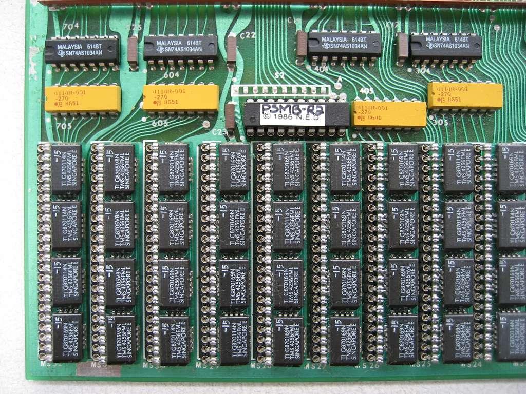 Après la théorie, la pratique. Des chercheurs de Google ont appliqué avec succès une technique de hacking de la mémoire vive DRam décrite il y a un an par une équipe de l'université Carnegie Mellon et d'Intel. Elle consiste à déclencher une inversion de bits sur certaines portions d'une puce DRam en provoquant des fuites électromagnétiques. © John R. Southern, Flickr, CC BY-SA 2.0