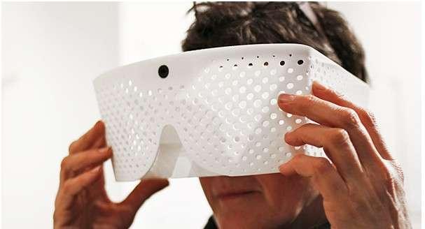 Le masque Eidos Vision, développé par des étudiants du Royal College of Art de Londres, intègre deux mini-écrans et une caméra. Il est relié à un ordinateur où un logiciel traite la vidéo en temps réel. L'utilisateur voit les mouvements se décomposer, l'objet en mouvement étant représenté en une succession d'images. Des entraîneurs pourraient par exemple se servir de ce système pour analyser en temps réel la technique d'un sportif. © Tim Bouckley/Millie Clive-Smith/Mi Eun Kim/Yuta Sugawara, Royal College of Art