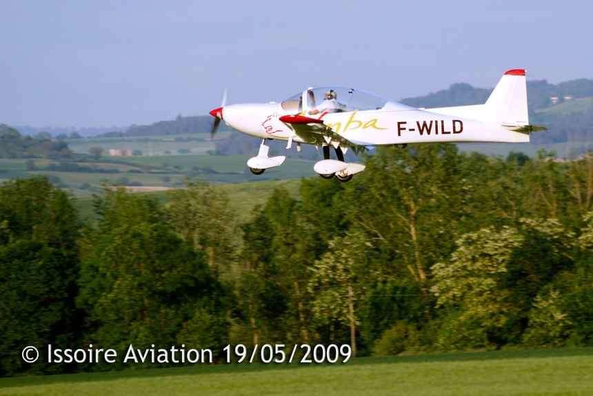 Aux commandes de l'APM 40 Simba, Philippe Moniot réalise les premiers vols d'essais à proximité de l'aérodrome d'Issoire (Puy-de-Dôme, Auvergne), au sud de Clermont-Ferrand. © Issoire Aviation
