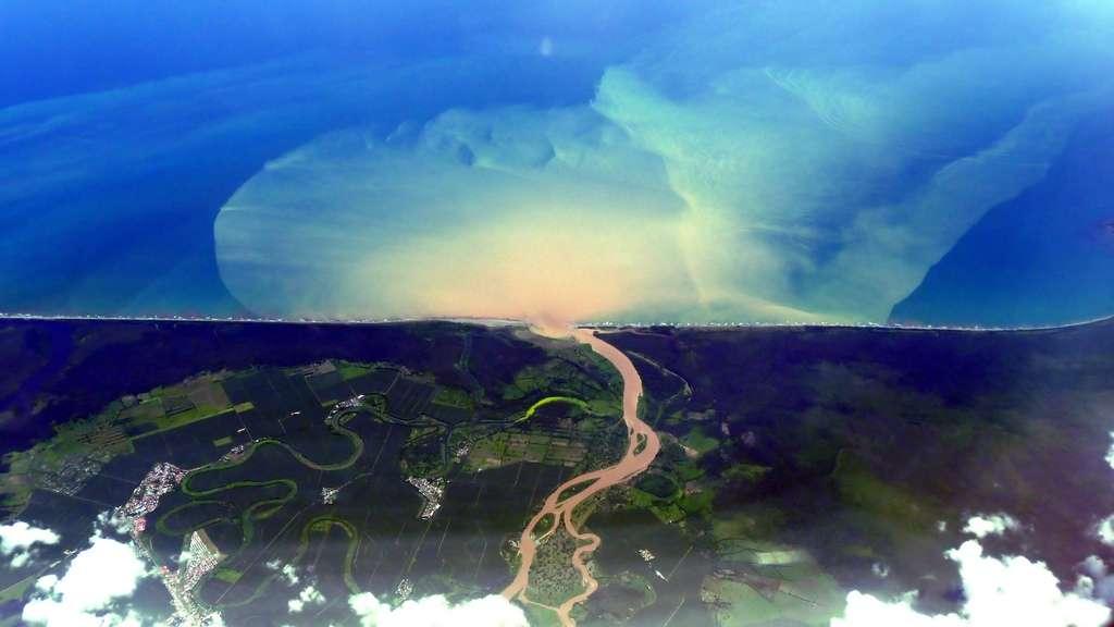 Après des précipitations, ce fleuve mésoaméricain déverse de grandes quantités de matière en suspension dans l'océan, où elles vont former des sédiments. © eutrophisation&hypoxia, Flickr, cc by 2.0