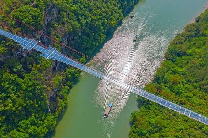 Le pont en verre de la zone panoramique de la vallée des Trois gorges de Huangchuan est le plus long du monde. © Dezeen, Twitter