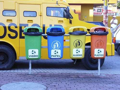 Le tri sélectif au Brésil : de gauche à droite, le verre, le papier, l'aluminium et le plastique. © pepsiline CC by-sa