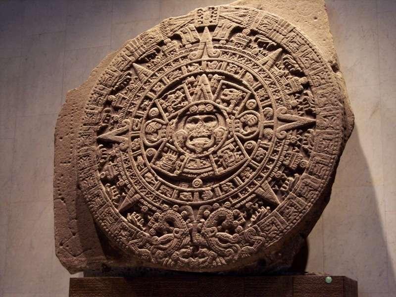 Le calendrier aztèque, lié à la mythologie aztèque, se partageait en trois parties : le tonalpohualli, calendrier divinatoire de 260 jours, le xiuhpohualli, calendrier solaire de 365 ou 365,25 jours jouant le rôle de calendrier civil et, enfin, le calendrier vénusien de 584 jours, qui venait unifier les deux autres tous les 104 ans solaires. © earixson, Flickr, CC BY-NC 2.0