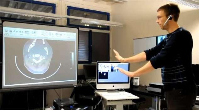 Loin de l'écran, et avec les mains, le médecin peut tourner la radiographie ou zoomer à l'envi, à la manière de l'interface développée par Evoluce pour Windows 7. © Équipe Virtopsy/Université de Berne