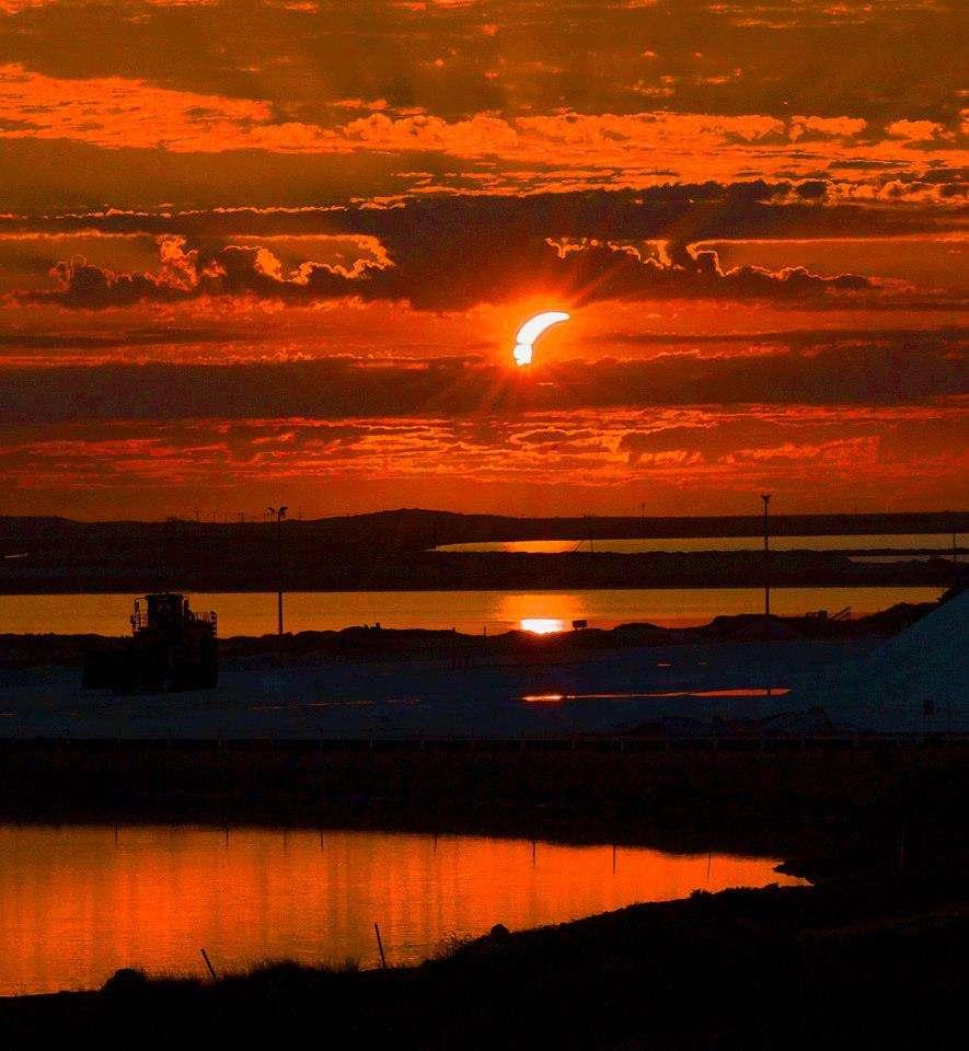 Depuis le nord de l'Australie, le Soleil se lève le 10 mai 2013 copieusement éclipsé. Quelques minutes après, la Lune s'est alignée entre notre étoile et la Terre, laissant apparaître un anneau de feu dans le ciel. © Allan Thompson