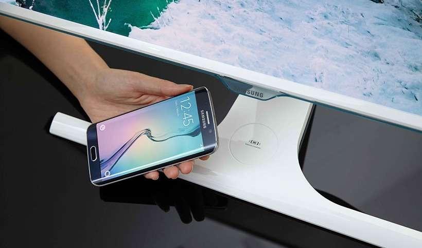 L'écran SE370 de Samsung intègre un chargeur sans fil basé sur le standard technique Qi. Il permet de recharger des appareils électroniques compatibles sans connexion physique. © Samsung