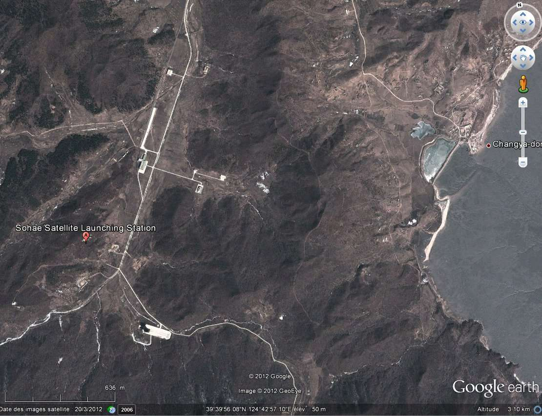 Le pas de tir de Sohae est installé dans le nord-ouest de la Corée du Nord, non loin de la frontière chinoise, sur une péninsule bordée par la mer Jaune. © Google Earth