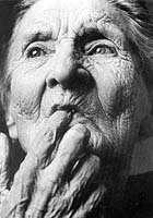 La maladie d'Alzheimer, développée par les personnes âgées, pourrait être traitée par des médicaments permettant l'activation de la protéine SIRT1. Crédits DR.