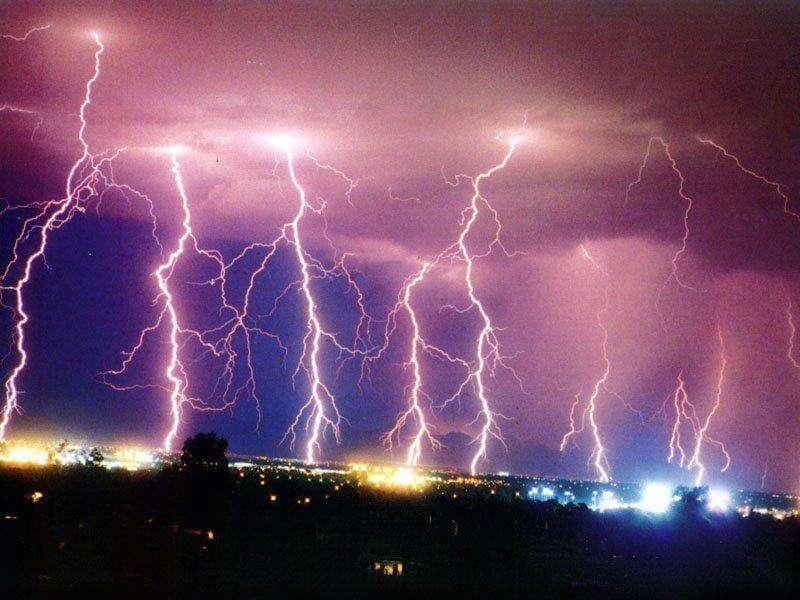 Une spectaculaire série d'éclairs au-dessus d'une ville du Texas. Crédit : Tyler Babl, Matt Heck, Megan Bruch
