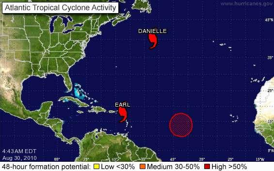 Le cyclone Earl, ici le 30 août à 8 h 43 TU (10 h 43 heure de Paris) sur une carte de la NOAA, arrive vers les Antilles. Plus ancien, le cyclone Danielle se promène dans l'Atlantique nord. Le rond rouge indique une zone possible de formation de nouveaux cyclones (probabilité de 90%). © NOAA