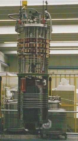 L'aimant de l'expérience PVLAS, produisant le champ magnétique nécessaire à la déviation d'un faisceau laser dans le vide, est visible dans la partie inférieure de l'image.