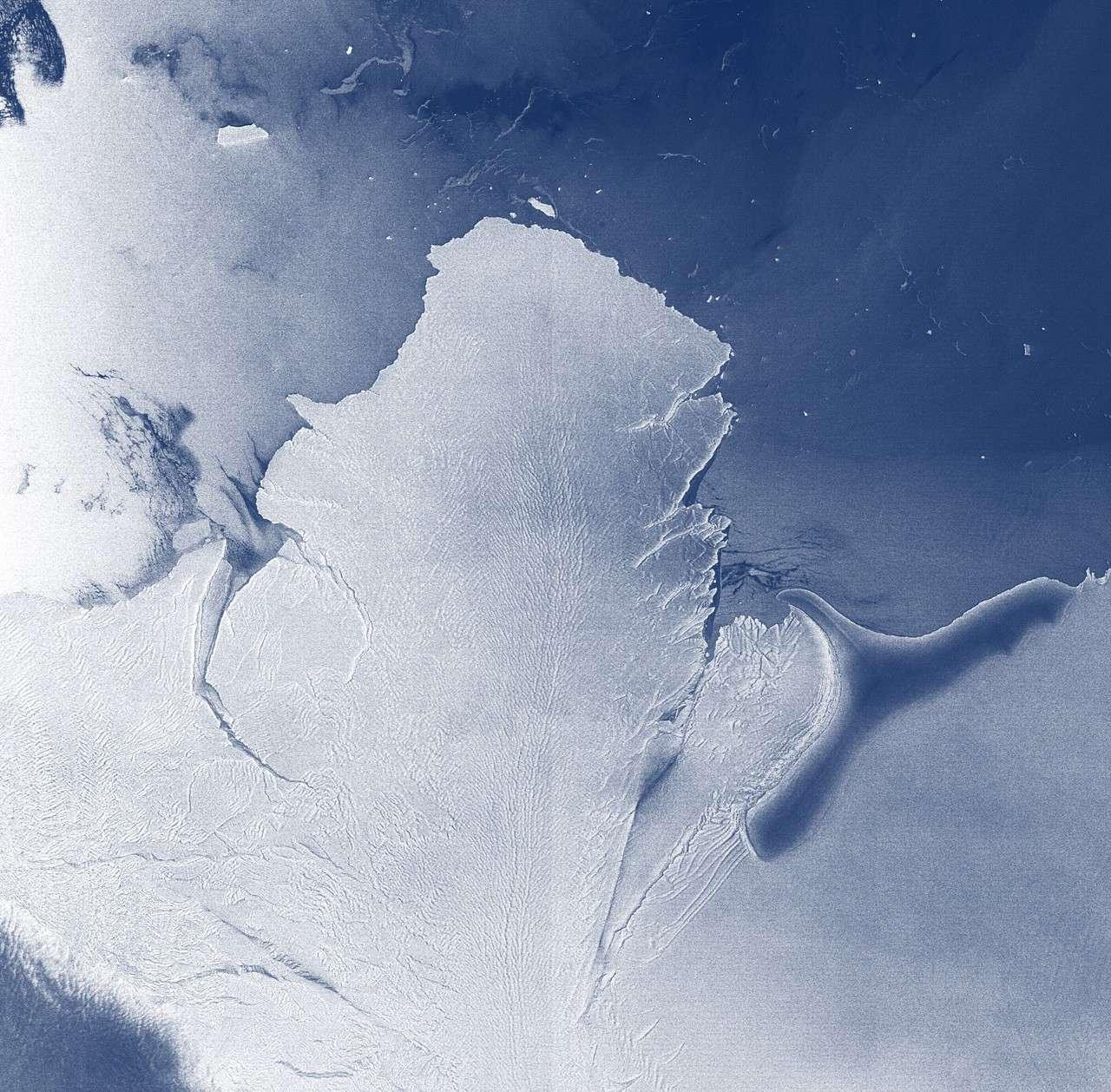 Sur cette image prise par Envisat apparaît la barrière de Brunt qui s'étend en bordure de la mer de Weddel, sur les côtes du nord de la terre de Coats, en Antarctique. © Esa