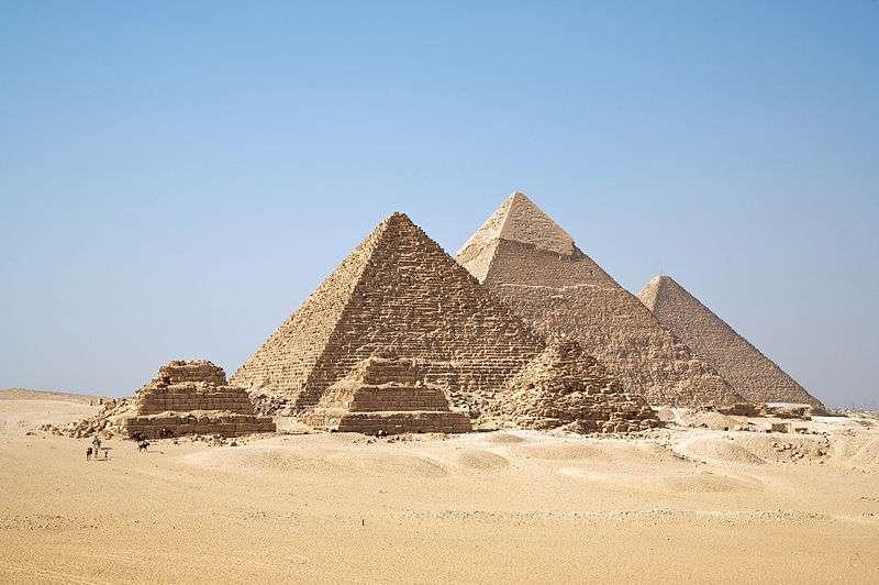 Les trois grandes pyramides de Gizeh sont les nécropoles des pharaons Khéops, Khéphren et Mykérinos. Le fils de Mykérinos a déserté les lieux, probablement en raison de l'exposition de la ville administrative aux déluges. © Ricardo Liberato, cc by sa 2.0