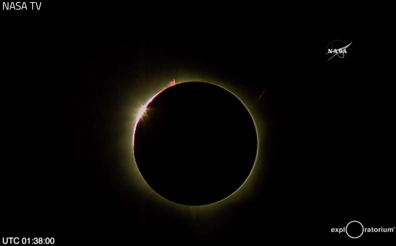 Totalité de l'éclipse de Soleil photographiée par les membres de l'Exploratorium de San Francisco, venus sur l'atoll Woleai, en Micronésie, sur la ligne de centralité, à quelques centaines de kilomètres de la durée maximale du phénomène, pour vivre et partager ces instants sur Internet. © Nasa