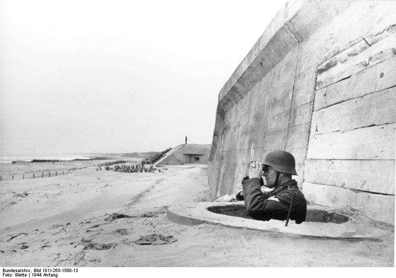 Un soldat allemand surveille la mer depuis le mur de l'Atlantique. Ce système de fortification n'a pas réussi à faire échouer le débarquement de Normandie, en 1944. © Bundesarchiv, Wette, Wikimedia Commons, cc by sa 3.0