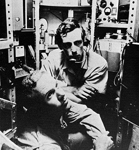 Jacques Piccard (haut) et Don Walsh (bas) à bord du Trieste. Crédit : NOAA Ship Collection