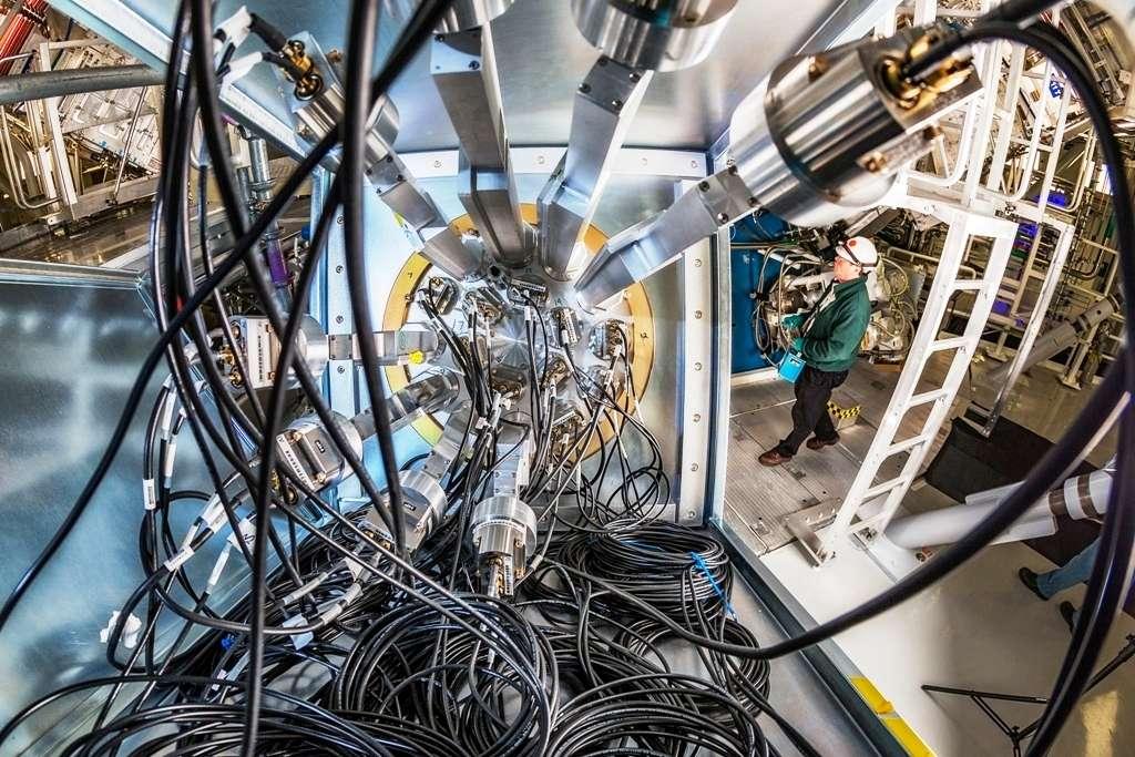 Une vue de la machine dans laquelle les physiciens du Lawrence Livermore National Laboratory sont parvenus à produire de l'énergie au moyen de la fusion inertielle. Le rendement obtenu a été multiplié par dix par rapport aux expériences précédentes, et les résultats ont servi à valider des modèles informatiques utilisés pour simuler les phénomènes mis en jeu. Le rendement de la machine en lui-même reste cependant de 1 % environ, ce qui est encore loin d'être suffisant pour une exploitation commerciale. © Lawrence Livermore National Laboratory