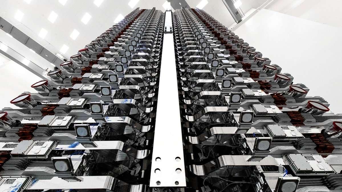 Une première fournée de soixante satellites de la constellation Starlink, destinée à offrir une couverture internet au monde entier, a été mise en orbite avec succès ce 24 mai 2019 par SpaceX. Ici, les satellites entassés comme des petits pains avant le lancement. © SpaceX