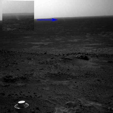 Le tourbillon de poussière observé par Spirit et situé en contre bas du rover.
