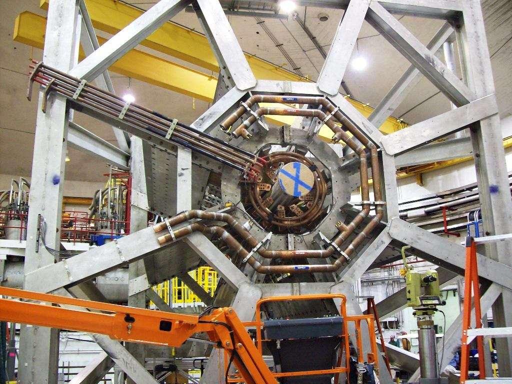 Une vue de l'expérience de la Q-weak experimental collaboration. Elle a consisté à faire passer des faisceaux d'électrons fortement polarisés dans de l'hydrogène liquide. Déviés par les protons des atomes d'hydrogène, ces faisceaux sont sensibles à la charge faible de ces protons. L'existence et la valeur de cette charge découlent de la théorie électrofaible expliquant, entre autre, la radioactivité et pourquoi le Soleil brille. Un écart par rapport aux prédictions de cette théorie peut trahir l'existence d'une nouvelle physique. © Jefferson Lab