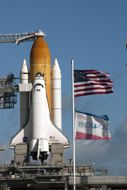 Endeavour attend patiemment sur le pas de tir Pad39A du centre spatial Cap Kennedy. © Nasa/Kim Shiflett