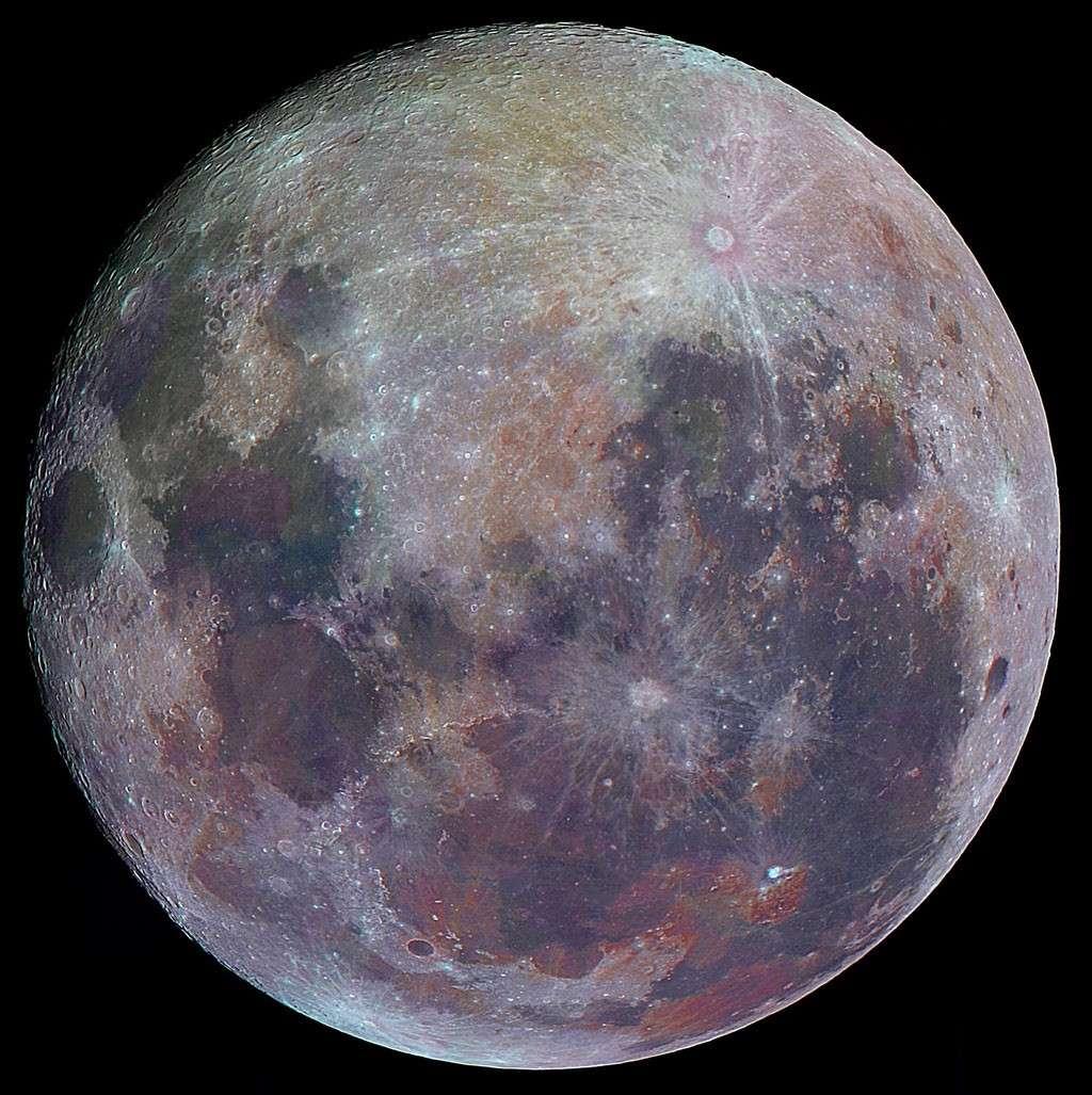 La pleine Lune du 11 novembre dernier colorisée révèle la variété géologique de ses terrains. © B. Martineau