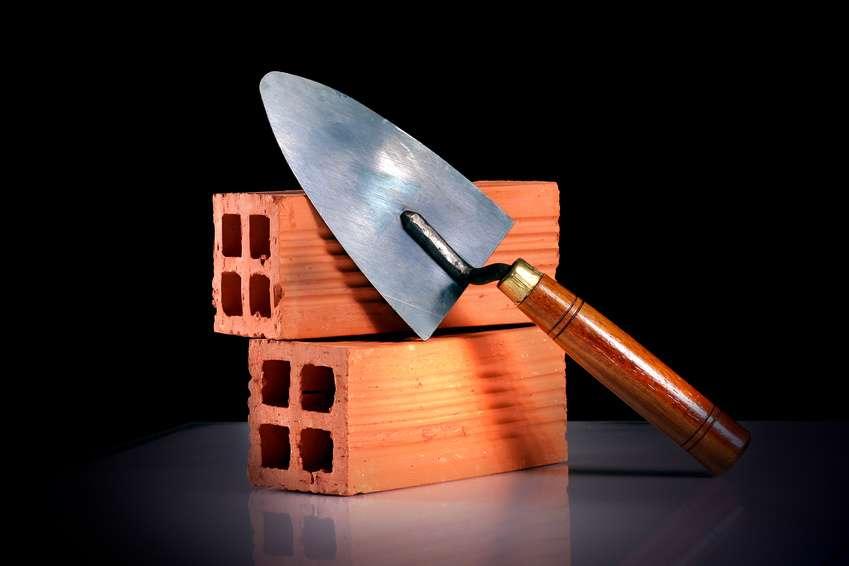 Lorsqu'un voisin construit sur un terrain qui n'est pas le sien avec ses propres matériaux, le propriétaire devient propriétaire des constructions qui y ont été édifiées. © Fotolia