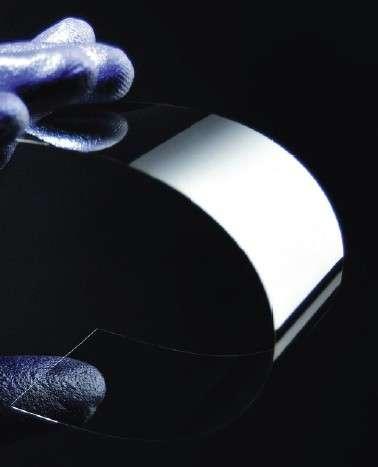 Corning travaille sur un nouveau verre flexible et aussi fin qu'une carte de visite, qui devrait équiper des terminaux mobiles, des montres et des vêtements intelligents. © Corning