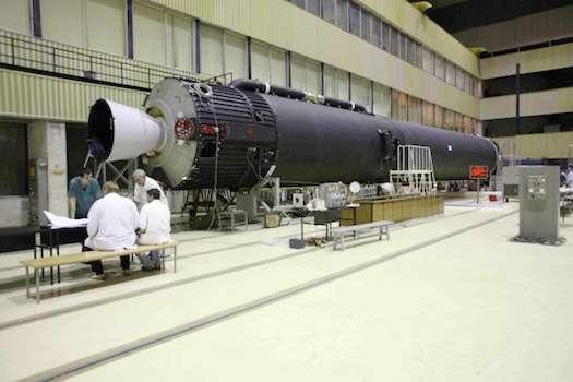 À l'image, le premier étage du lanceur sud-coréen KSLV-1, dérivé de l'Angara. Construit en Russie chez Khrounitchev, cet étage doit être transféré au centre spatial de Naro (Corée du Sud), où il sera intégré au reste du lanceur. © Khrounitchev