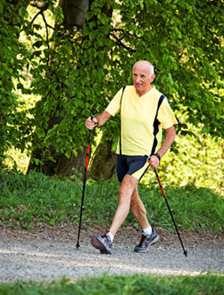 La marche nordique est bénéfique pour le cœur et permet une bonne dépense calorique sans trop forcer sur les articulations. © Fotolia