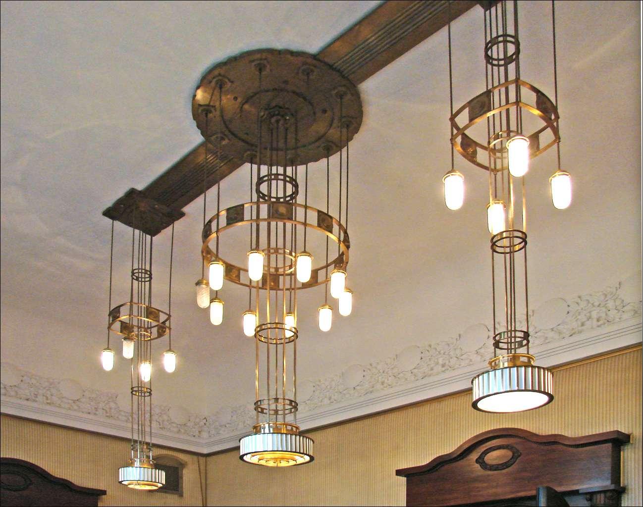 Un luminaire peut être suspendu au plafond, comme ici, et sert à éclairer une pièce. © Dalbera, CC BY 2.0, FlickR
